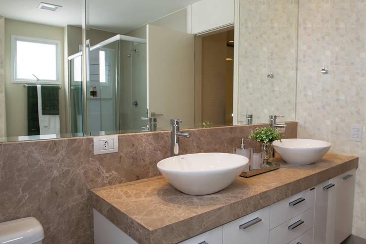 Banheiro Master: Banheiros  por Renato Lincoln - Studio de Arquitetura