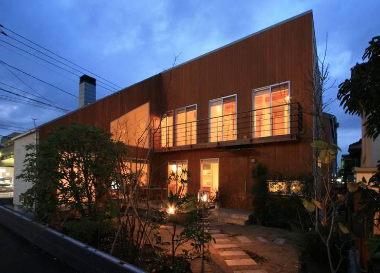 H邸-南側ファサード夜景: 株式会社sum designが手掛けた家です。