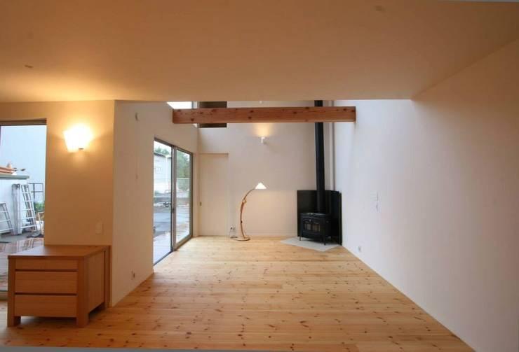 H邸: 株式会社sum designが手掛けたリビングです。
