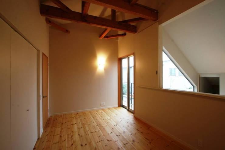 H邸-主寝室: 株式会社sum designが手掛けた寝室です。