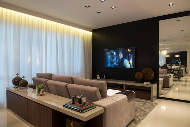Sala de TV: Salas multimídia  por Renato Lincoln - Studio de Arquitetura