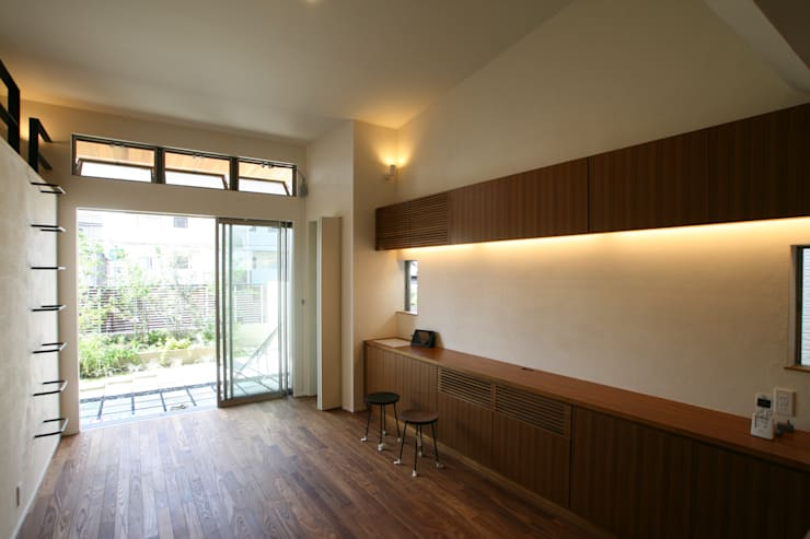 Garden Terrace House: Sakurayama-Architect-Designが手掛けたリビングです。