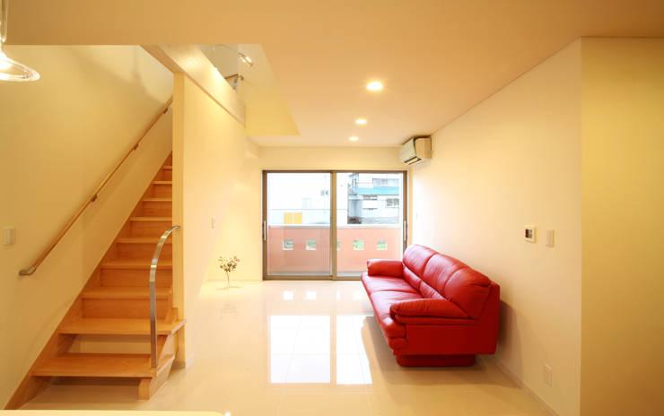 リビングルーム: 吉田設計+アトリエアジュールが手掛けたリビングです。