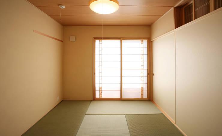 和室 (寝室): 吉田設計+アトリエアジュールが手掛けた和室です。