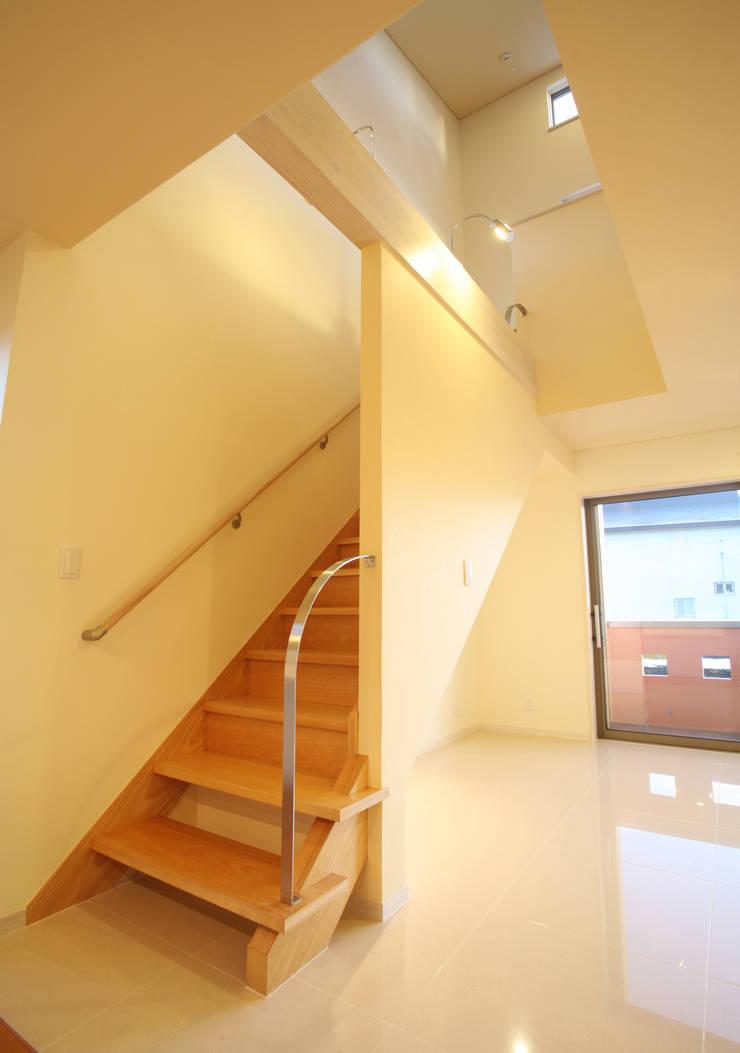 階段: 吉田設計+アトリエアジュールが手掛けた廊下 & 玄関です。