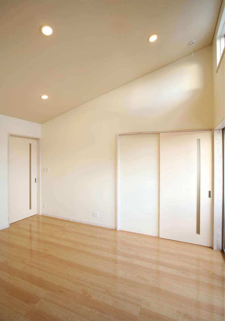 寝室: 吉田設計+アトリエアジュールが手掛けた寝室です。