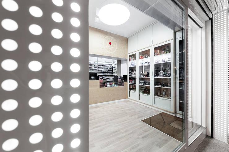 Estanco Calvario: Espacios comerciales de estilo  de Nan Arquitectos