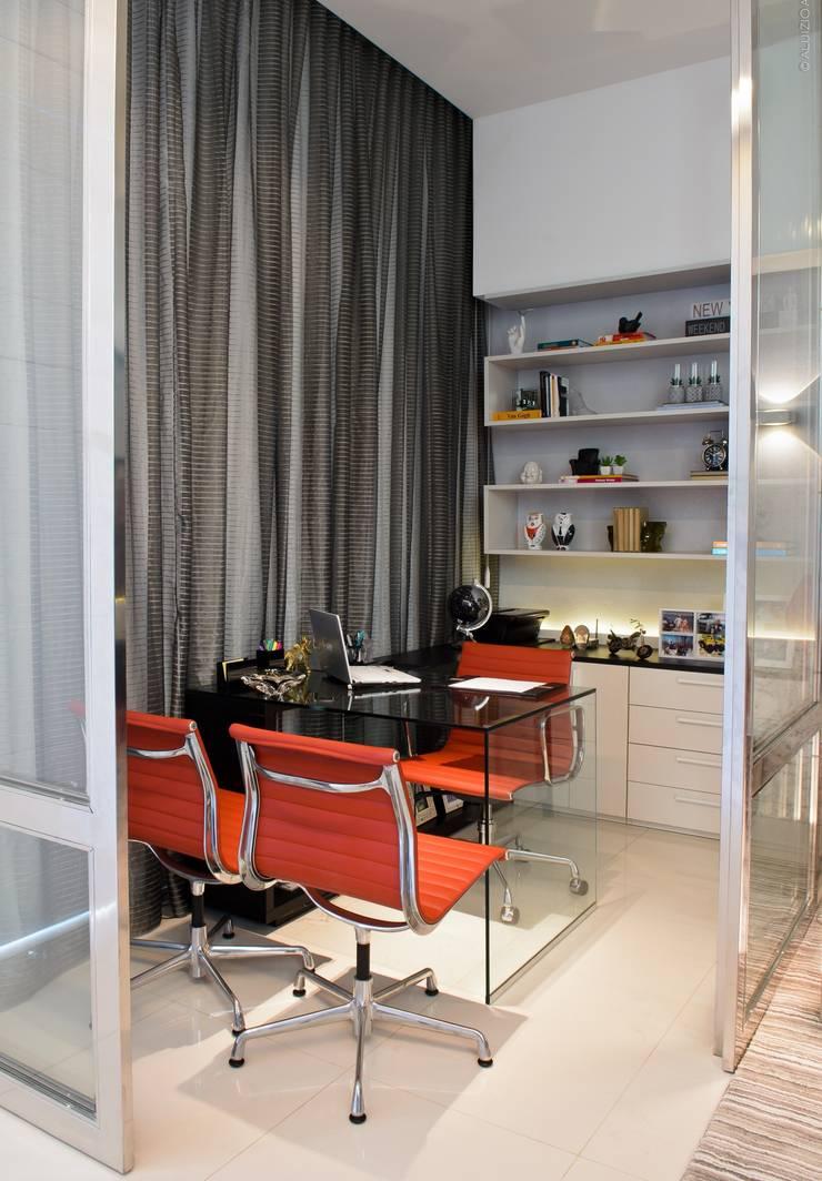 HOME OFFICE: Escritórios  por RODRIGO FONSECA | ARQUITETURA E INTERIORES,Moderno