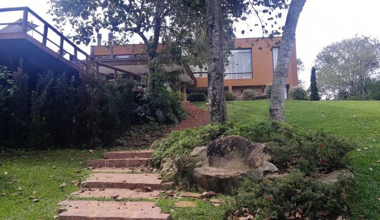 CASA NO CAMPO: Casas  por Kika Prata Arquitetura e Interiores.