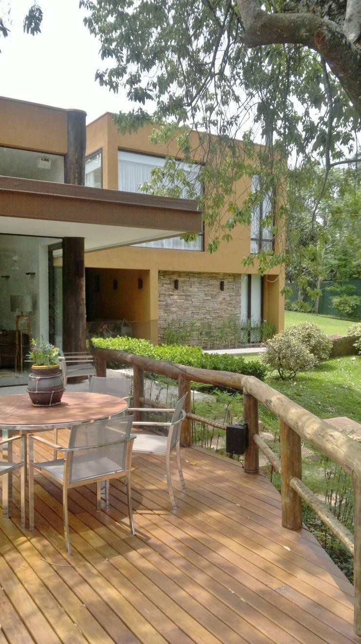 CASA NO CAMPO: Terraços  por Kika Prata Arquitetura e Interiores.