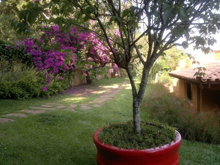 CASA NO CAMPO: Jardins campestres por Kika Prata Arquitetura e Interiores.