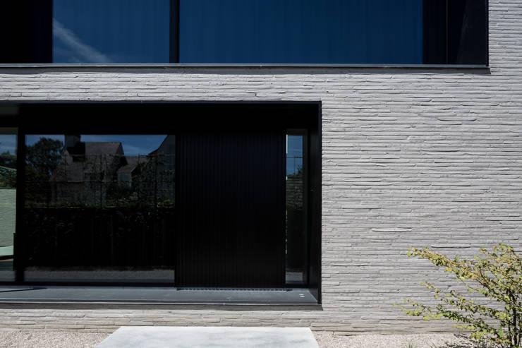 house + swimming pool VWB | afsnee:  Huizen door CAAN Architecten, Minimalistisch