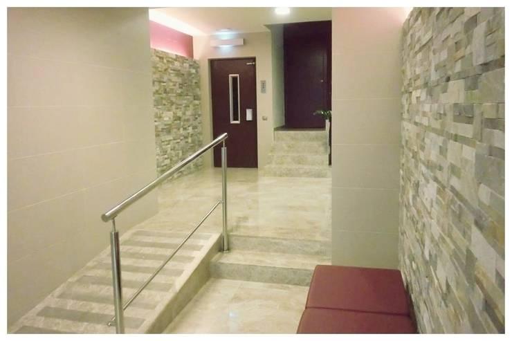 Morado: Pasillos y vestíbulos de estilo  de Cardellach Interior & Events