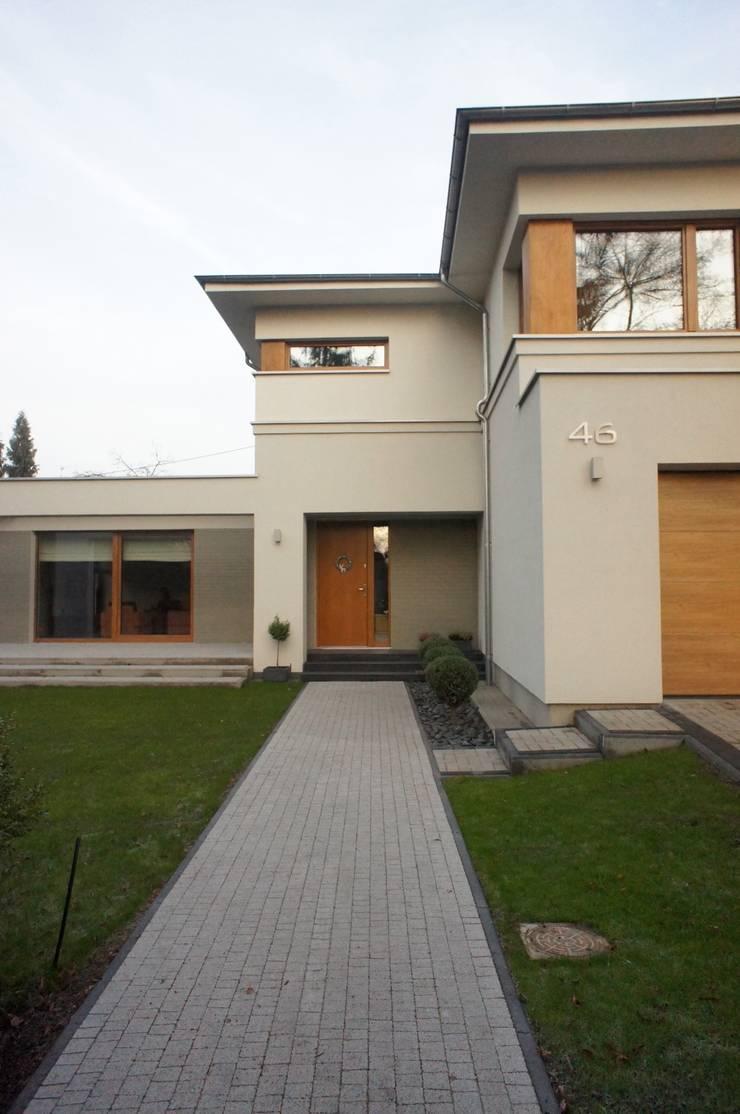 dom po przebudowie: styl , w kategorii Domy zaprojektowany przez Sasiak - Sobusiak Pracownia Projektowa