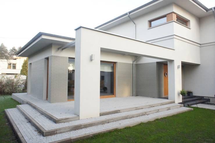 dom po przbudowie: styl , w kategorii Domy zaprojektowany przez Sasiak - Sobusiak Pracownia Projektowa