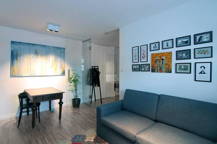 Dom na Różanym Potoku : styl , w kategorii Salon zaprojektowany przez Neostudio Architekci