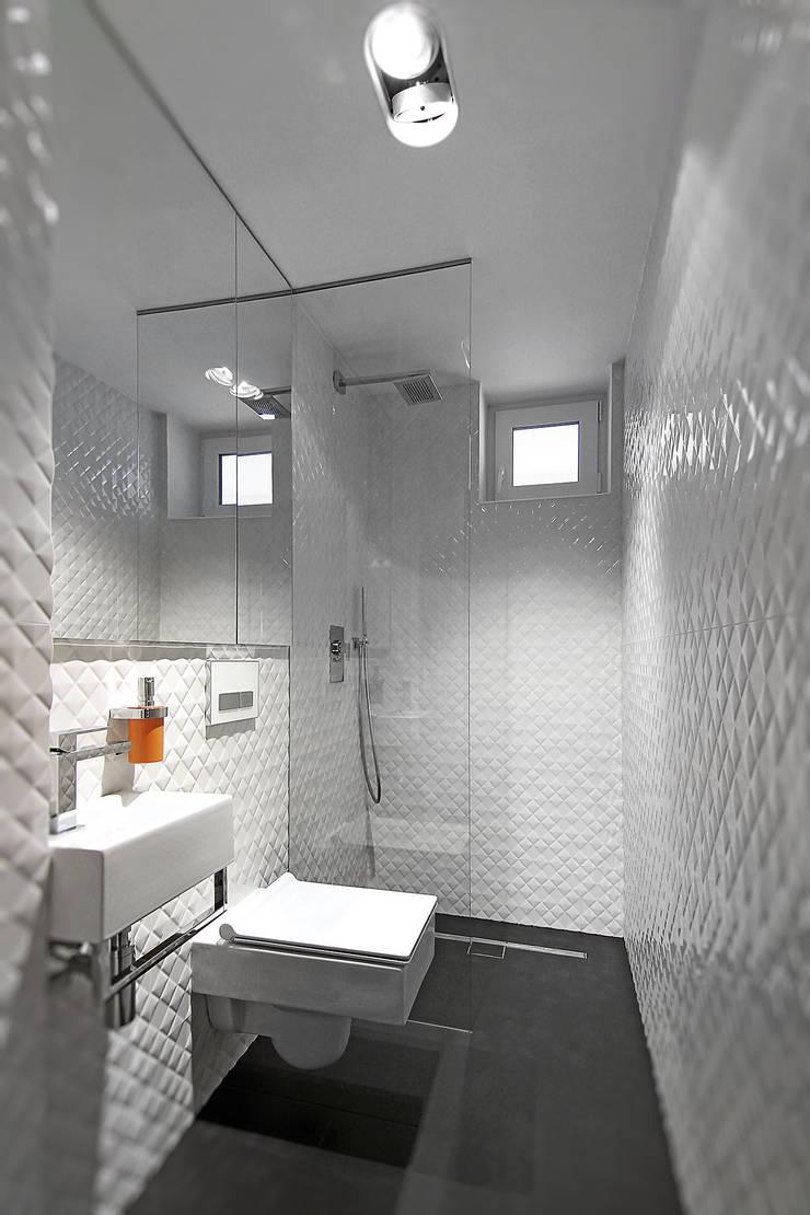Dom na Różanym Potoku : styl , w kategorii Łazienka zaprojektowany przez Neostudio Architekci