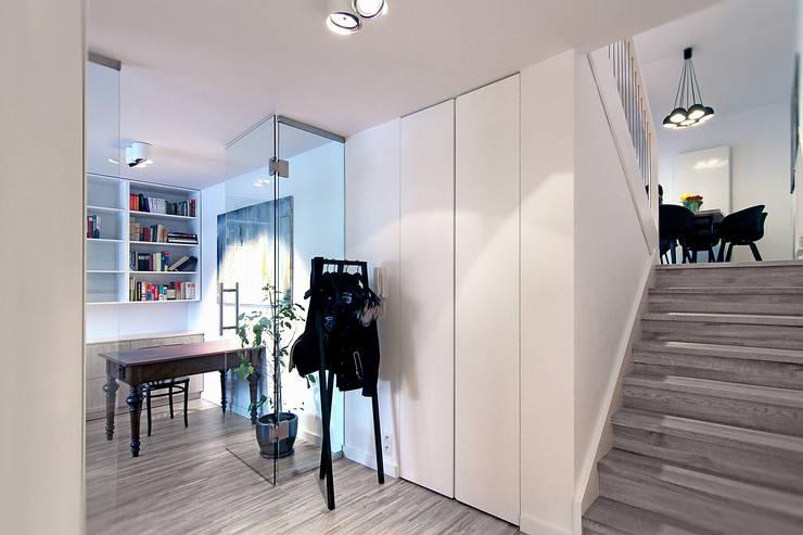 Pasillos y recibidores de estilo  por Neostudio Architekci