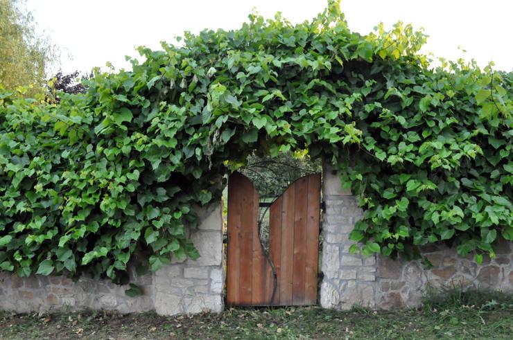 od zewnątrz czarodziejska furta do ogrodu: styl , w kategorii  zaprojektowany przez CHOŁUJ DESIGN s.c.