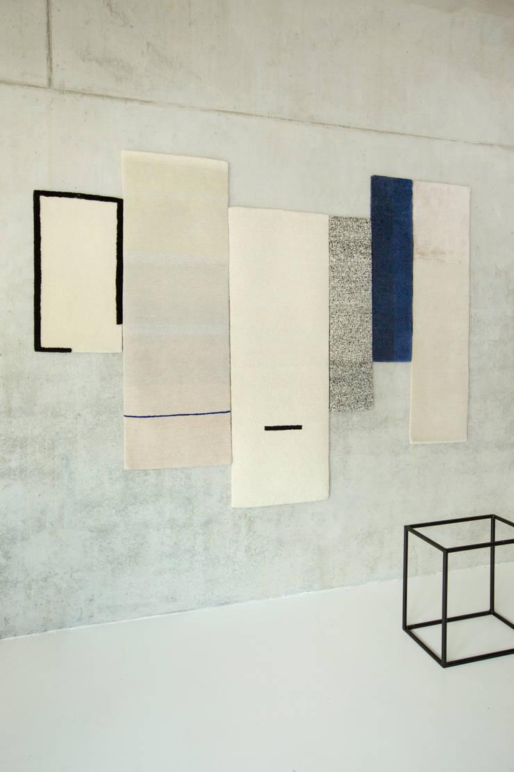 Hues:  Woonkamer door Studio Mae Engelgeer