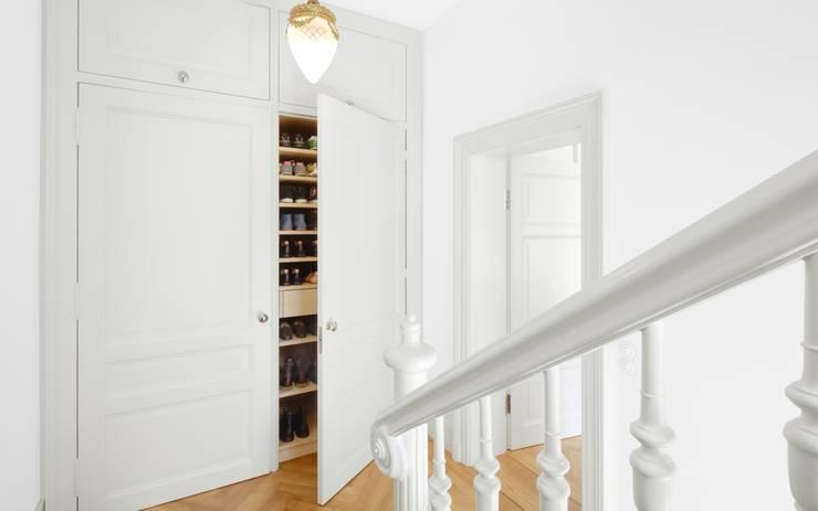 Ingresso & Corridoio in stile  di Schmidt Holzinger Innenarchitekten