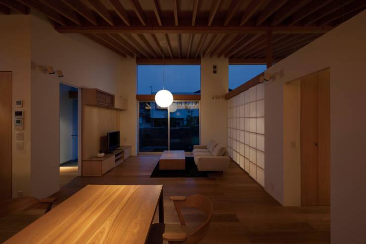 内観夜景: プラスデザイン1級建築士事務所が手掛けたリビングです。