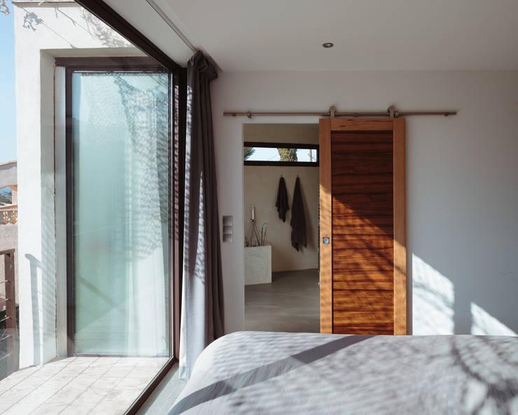 VILLA MACINITA: Chambre de style de style Méditerranéen par X-TREM CLEMENT BOIS ARCHITECTE
