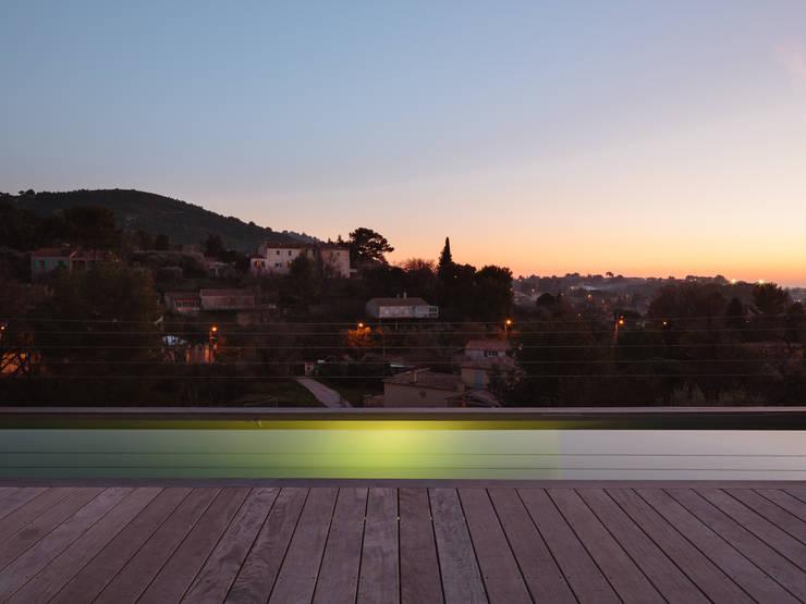 VUE DÉGAGÉ JUSQU'À LA BONNE MER: Maisons de style de style Méditerranéen par X-TREM CLEMENT BOIS ARCHITECTE