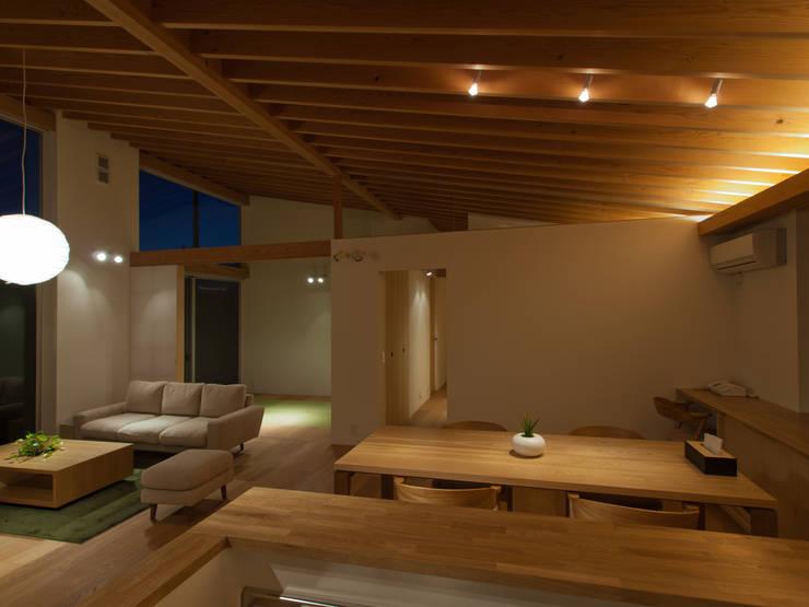 稲荷台の家: プラスデザイン1級建築士事務所が手掛けたダイニングです。