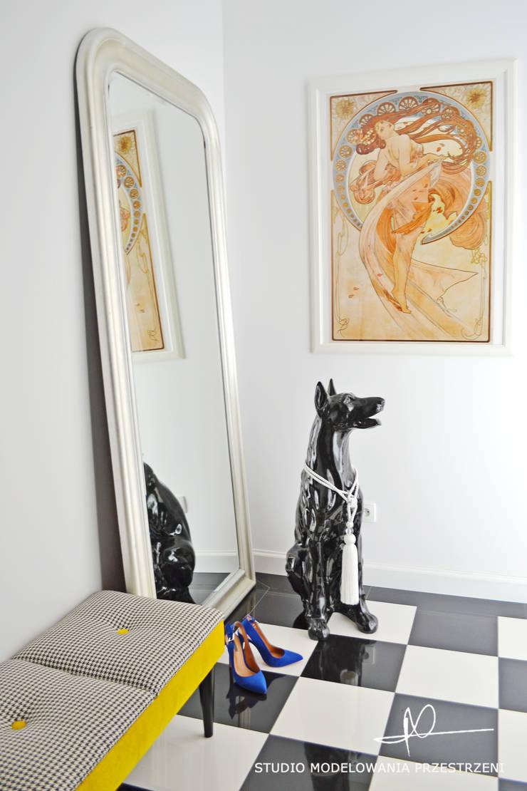 Pies, Alfons Mucha i szachownica.: styl , w kategorii Korytarz, przedpokój zaprojektowany przez Studio Modelowania Przestrzeni,Eklektyczny