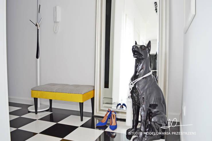 Pies, szachownica i żółta ławeczka.: styl , w kategorii Korytarz, przedpokój zaprojektowany przez Studio Modelowania Przestrzeni,Eklektyczny