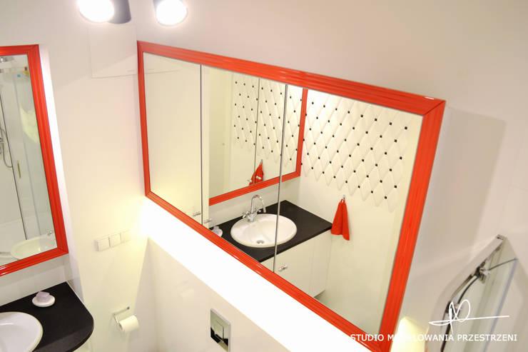 Czerwone ramy: styl , w kategorii Łazienka zaprojektowany przez Studio Modelowania Przestrzeni,Eklektyczny
