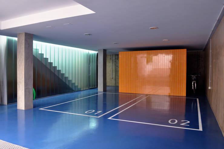 Casa GV: Garajes de estilo moderno de 2G.arquitectos