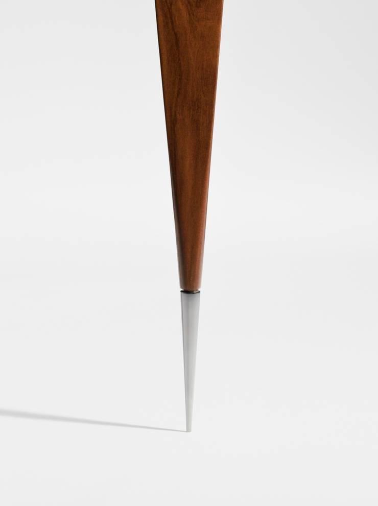 Detalhe ponteira aparador Cello Estudio Terpins: Sala de estar  por Maiora Design Furniture