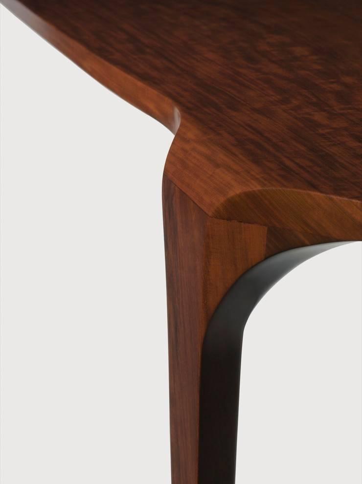 Detalhe aparador Cello Estudio Terpins: Sala de estar  por Maiora Design Furniture