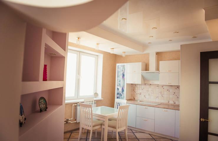 С новыми надеждами в новой квартире: Кухня в . Автор – мастерская интерьера Violette