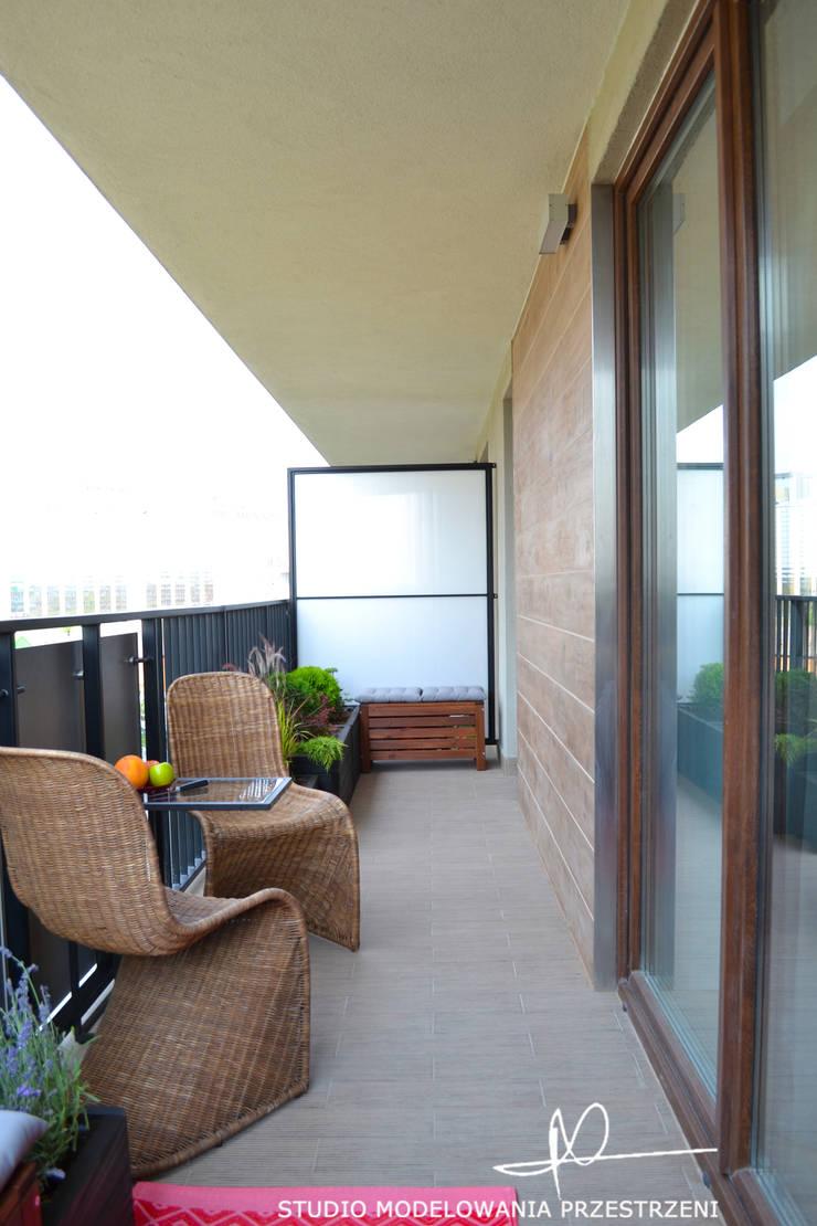 Widok na strefę ze stolikiem: styl , w kategorii Taras zaprojektowany przez Studio Modelowania Przestrzeni