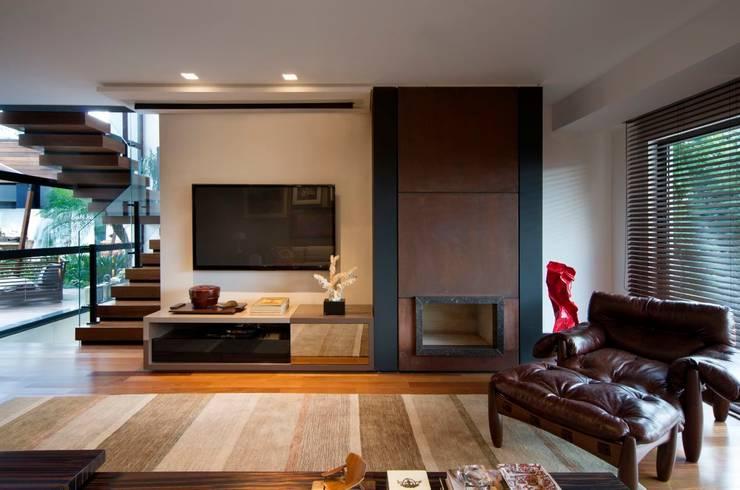 Salas de estilo  por Elmor Arquitetura