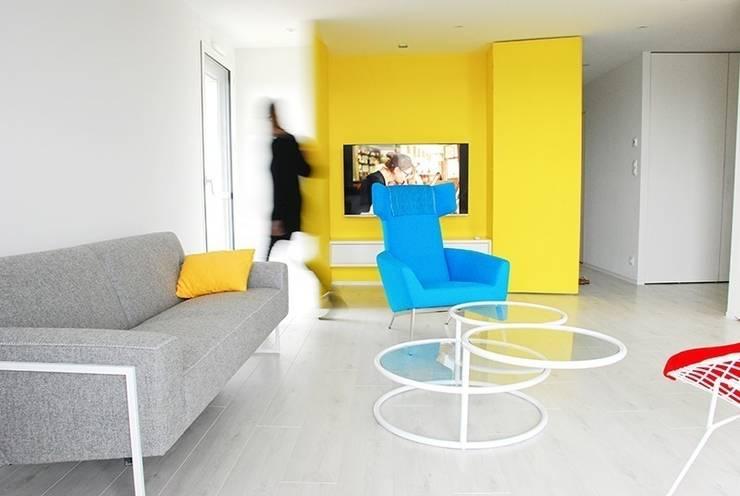 salon et placard TV: Salon de style de style Moderne par Martin Gasc
