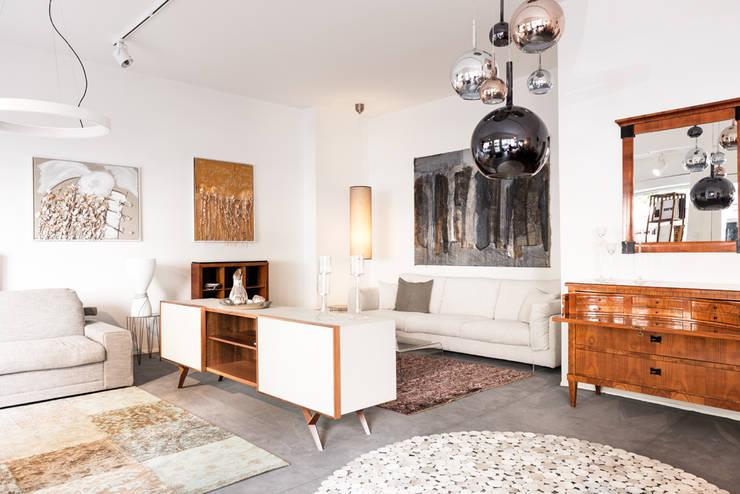 vordere Raum  Wohnzimmer: moderne Wohnzimmer von 3clinium - italian interior design Berlin