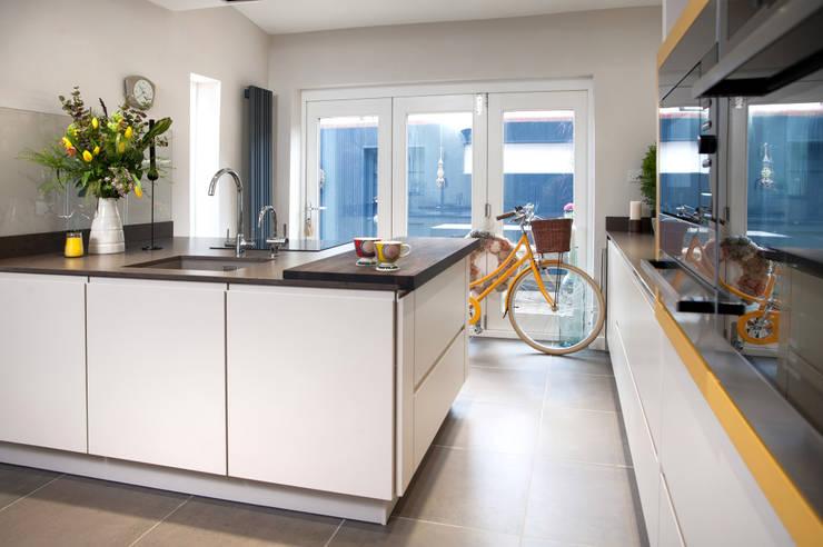 Oaklands:  Kitchen by Haus12 Interiors