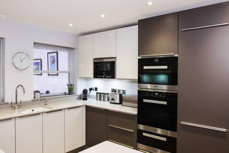 A stunning modern German Kitchen - Kitchen Design Surrey:  Kitchen by Raycross Interiors