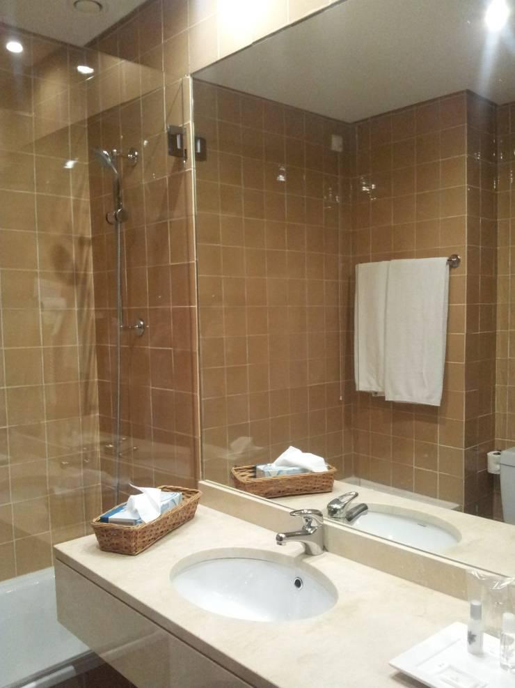 Instalações sanitárias: Hotéis  por Autovidreira