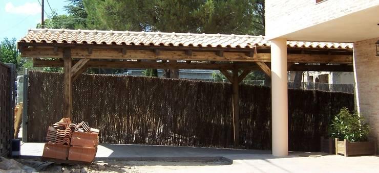 Porche garaje de madera: Jardín de estilo  de PergolasyPorches.com