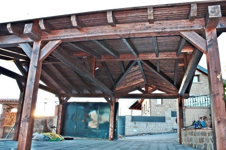 Porche garaje de madera: Garajes de estilo  de PergolasyPorches.com