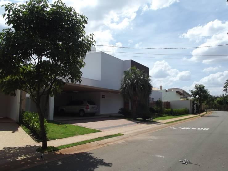 RESIDÊNCIA J&J: Casas  por Raquel Pelosi Arquitetura e Design Visual