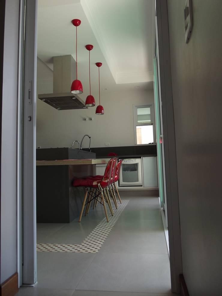 RESIDÊNCIA J&J: Cozinhas  por Raquel Pelosi Arquitetura e Design Visual
