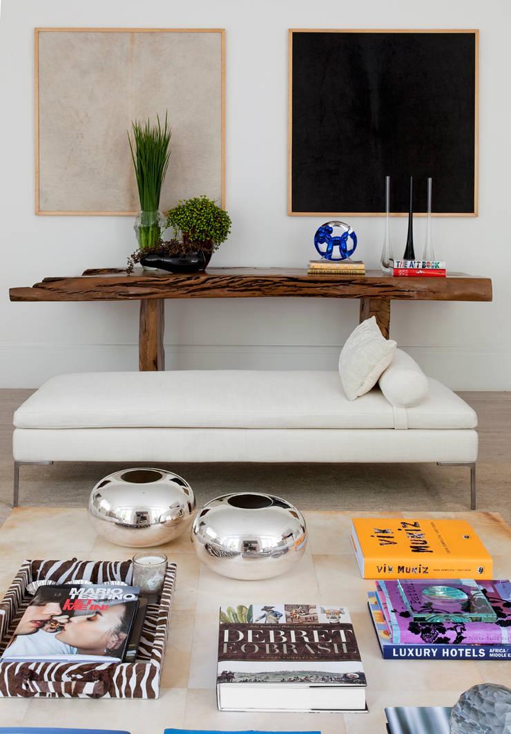 CASA JARDIM EUROPA: Sala de estar  por CSDA Arquitetura e Interiores
