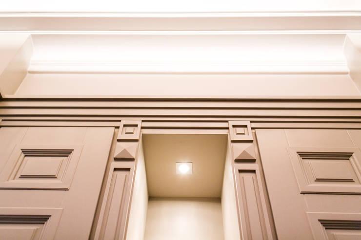 Anna Buczny PROJEKTOWANIE WNĘTRZ  Korytarz: styl , w kategorii Korytarz, hol i schody zaprojektowany przez Anna Buczny PROJEKTOWANIE WNĘTRZ