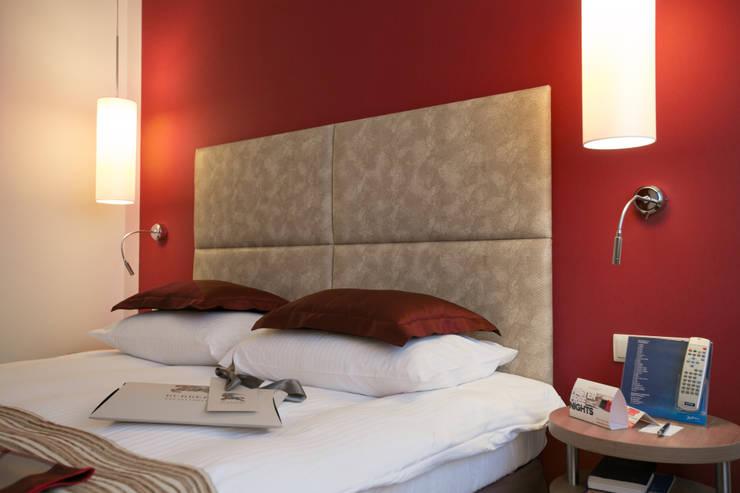 Hôtels modernes par Anna Buczny PROJEKTOWANIE WNĘTRZ Moderne Faux cuir Métallisé / Argent